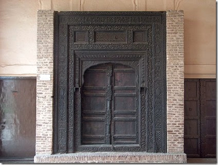 800px-July_9_2005_-_The_Lahore_Fort-A_black_wooden_door