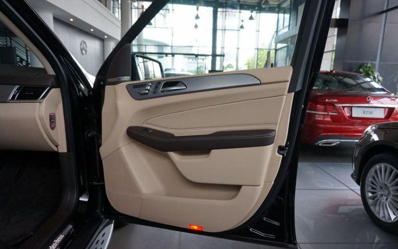Nội thất xe Mercedes GLE 400 4Matic màu đen 01
