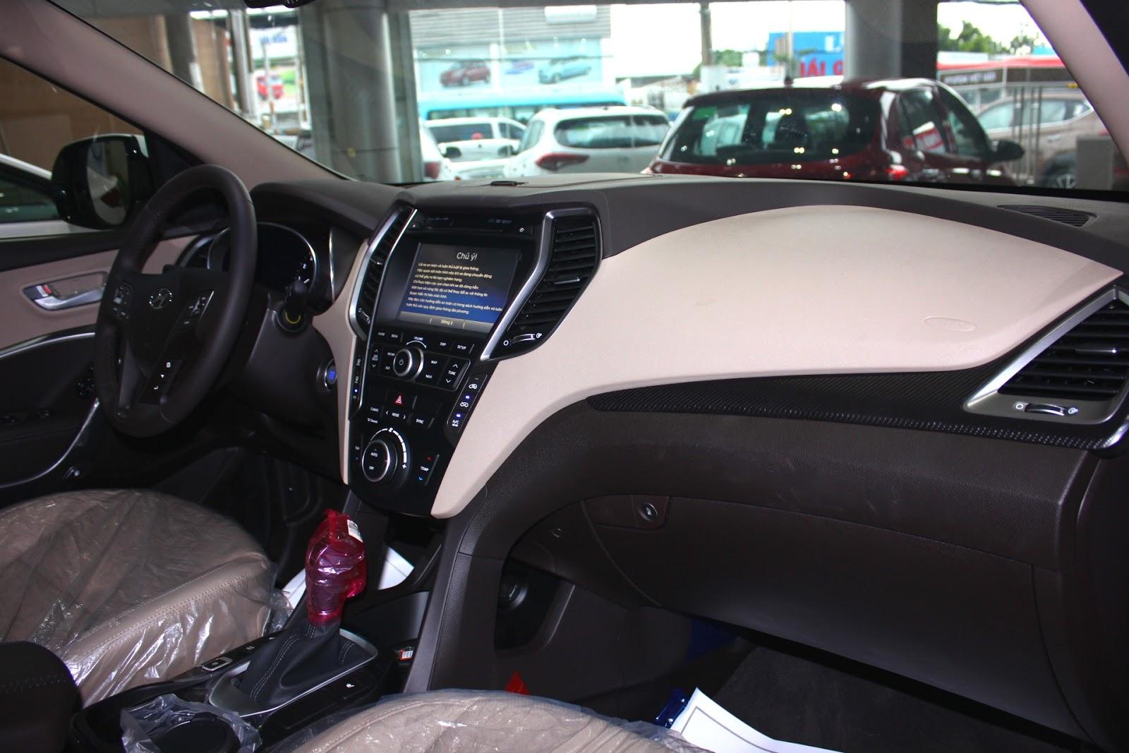 Nội thất xe Hyundai Santafe 7 Chỗ máy xăng màu trắng 02