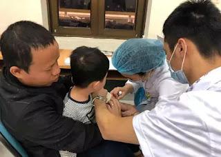 BS tại BV Bệnh nhiệt đới TƯ lấy máu xét nghiệm cho trẻ trong sáng 17/3