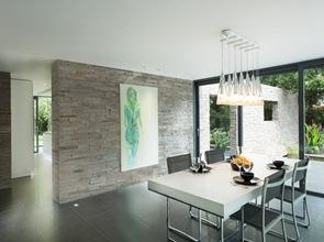 revestimiento-de-piedra-en-pared-de-comedor-casa-moderna