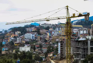 Thị trấn Sa Pa nhìn từ đường xuống bản Cát Cát giờ đây dày đặc các công trình xây dựng phủ kín khắp các sườn đồi.