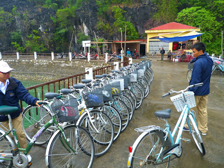 Stand biciclete Halong Bay pe insula Cat Ba