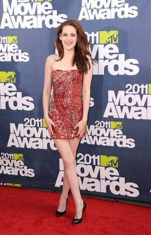Kristen Stewart arrives at the 2011 MTV Movie Awards