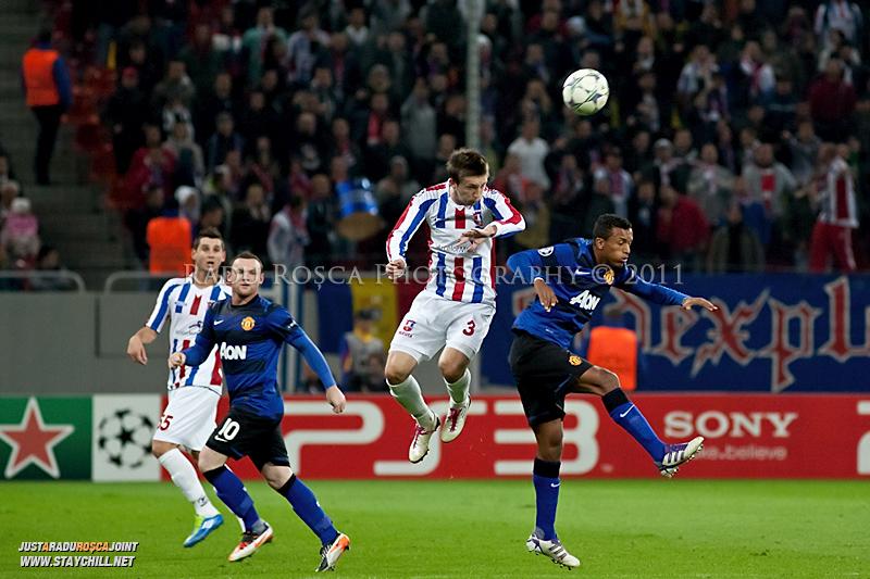 Cornel Rapa (3) respinge balonul cu capul de langa Nani in timpul meciului dintre FC Otelul Galati si Manchester United din cadrul UEFA Champions League disputat marti, 18 octombrie 2011 pe Arena Nationala din Bucuresti.