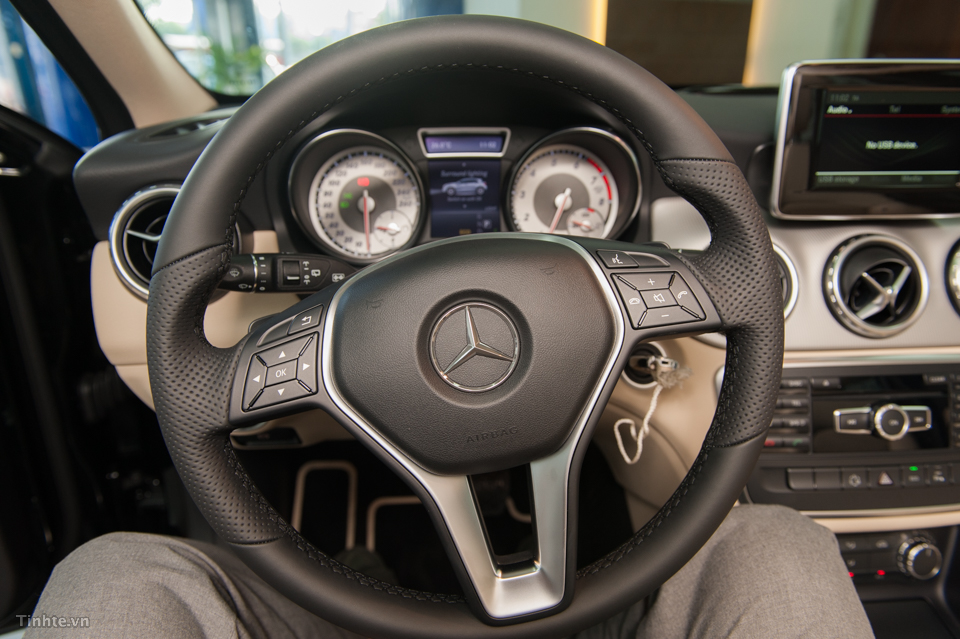 Nội thất xe Mercedes Benz GLA 200 Màu Đen 04
