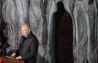 """Vladimir Putin trong lễ khánh thành """"Bức tường Đau thương"""" do điêu khắc gia G. Frangulyan thực hiện trên đại lộ Sakharov tại Moscow."""