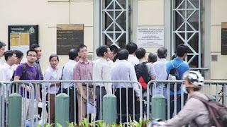 Xếp hàng chờ phỏng vấn xin thị thực tại Tổng lãnh sự quán Mỹ ở TP.HCM.