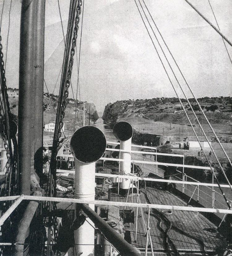 19 de julio de 1933. El CIUDAD DE CADIZ afronta el paso del Canal de Corinto. Foto Archivo Fullola-Pericot. Del libro El Sueño de una Generación. El Crucero Universitario por el Mediterraneo de 1933.jpg