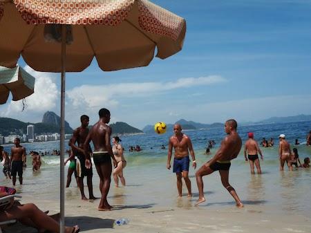Carnavalul de la Rio:  O partida (de fotbal) pe plaja