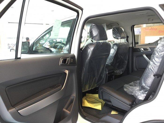 Nội thất xe Ford Everest 7 chỗ màu trắng 04