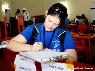 Un observateur du centre Carter le 2/12/2011 au centre de compilation à l'enceinte de la foire internationale de Kinshasa, provenant des élections de 2011 en RDC. Radio Okapi/ Ph. John Bompengo