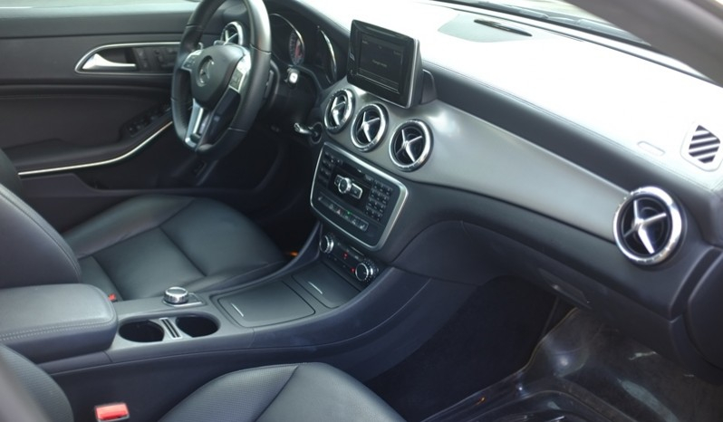 Nội thất xe Mercedes Benz CLA250 4MATIC 2014 AMG Kit màu tím 02