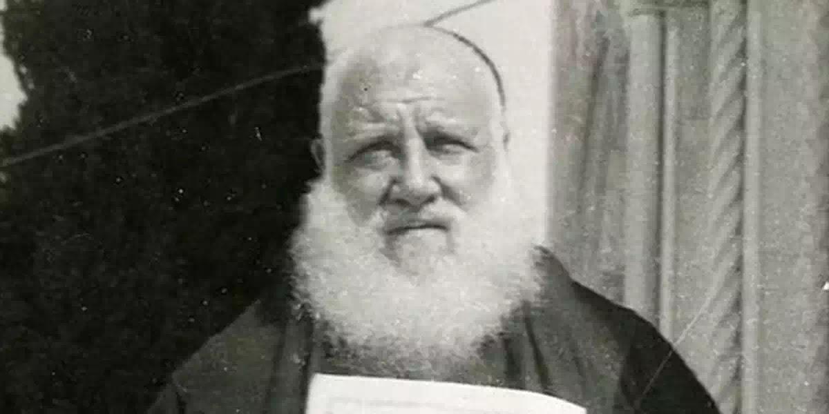 Vị linh mục lưỡng tại (có khả năng phân thân, xuất hiện hai nơi cùng lúc), có phải đã xuất hiện trong băng ghi hình đám tang của cha Piô Năm Dấu?