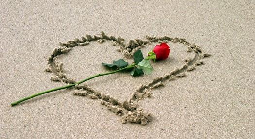 Te Amo Mensaje Escrito En Arena De Oro Foto De Archivo: Destellos Del Corazon: Un Abrazo Significa