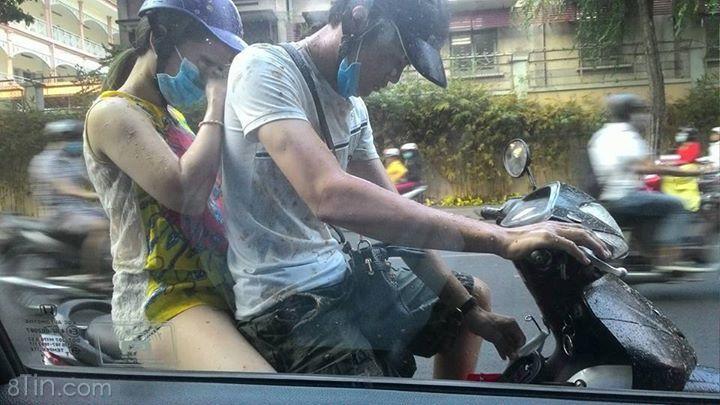 Hai bạn trẻ bị ăn nguyên bịch nước ói được vứt từ xe bus :(