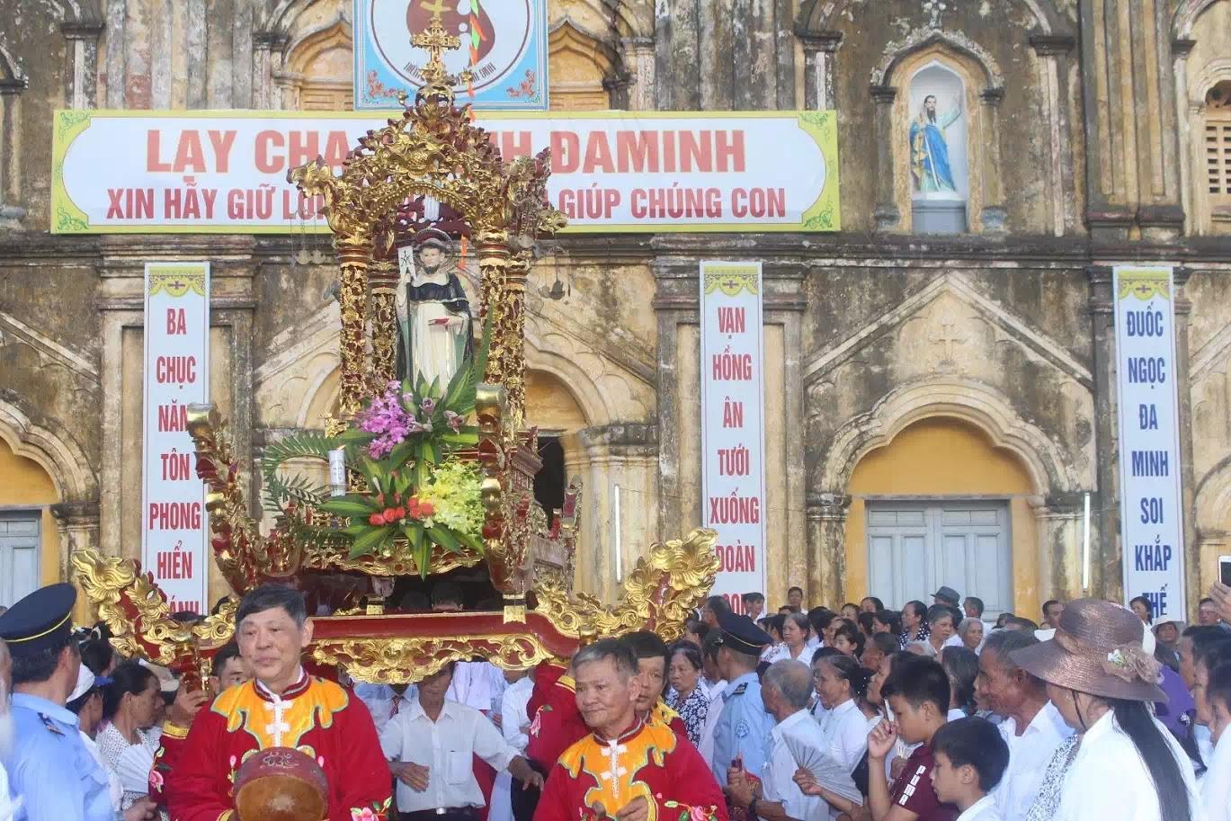 """Kiệu thánh Đa Minh trong ngày đại lễ quen gọi là """"Lễ Đầu Dòng"""" trước nhà thờ chánh toà Bùi Chu"""