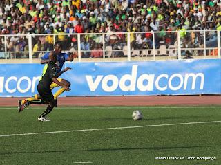 Course au ballon entre les joueurs (V. Club en noire et lupopo en bleu) ce 22/05/2011, au stade des Martyrs à Kinshasa, dans le cadre de Vodacom Super Ligue dont le score final, 2 pour V. Club et 0 pour Lupopo. Radio Okapi/ Ph. John Bompengo