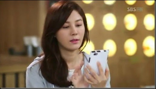 Kim Ha Neul owns a White Samsung Galaxy Note in A Gentleman's Dignity