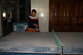 Nhà chị Lê Thị Sen bị bụi xỉ bám làm ảnh hưởng đến việc làm ăn.