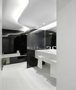 baño-reformado-en-color-blanco-negro