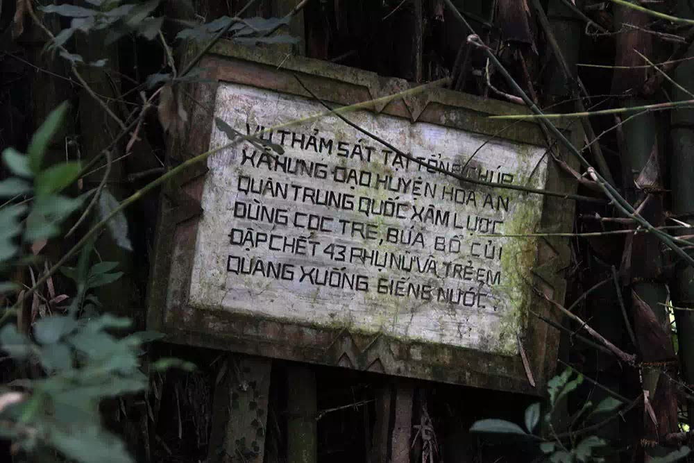 Bảng gỗ khắc ghi tội ác