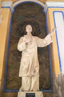 Cột phải Nhà thờ Mằng Lăng với tượng Á Thánh Andre Phú Yên.