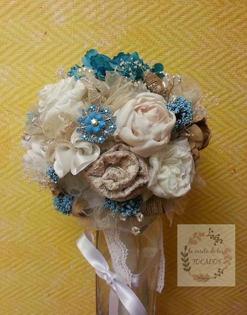 bouquet de novia vintage en colores marfil, beige, dorado y azul con flores de tela, broches, tul, flores secas, rafia, perlas...
