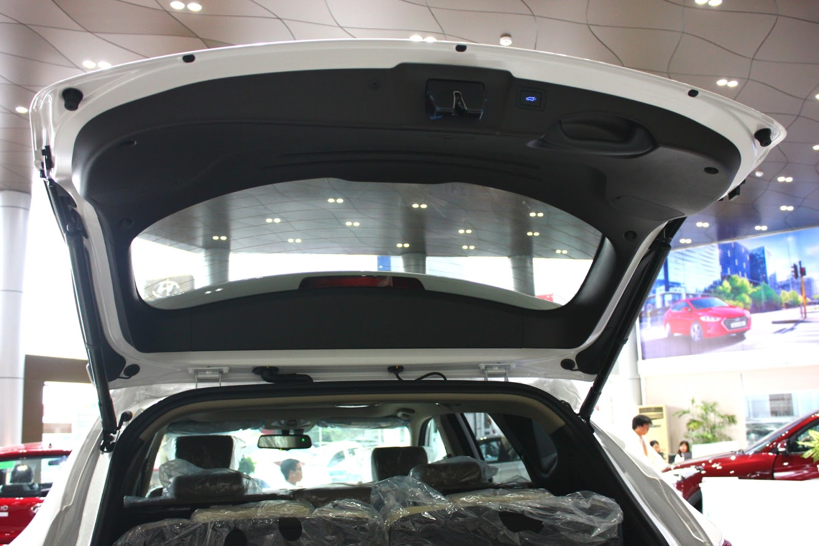 Nội thất xe Hyundai Santafe 7 Chỗ máy xăng màu trắng 012