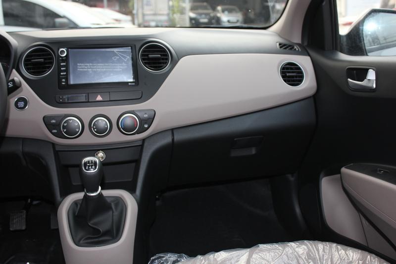 Xe Hyundai Grand i10 sedan 1.2MT Màu bạc 012