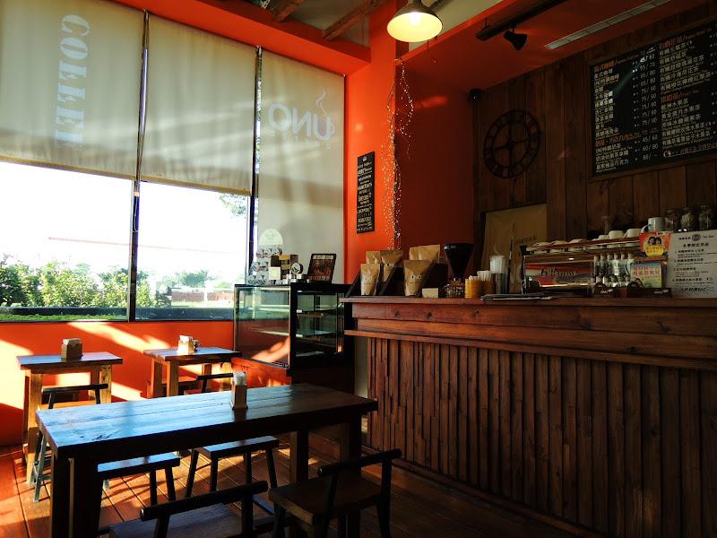 UNO COFFEE 舞弄咖啡館吧檯與另一邊.jpg