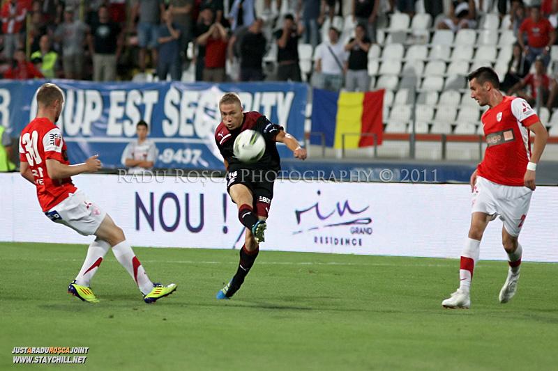 Mihai Roman de la Rapid si Cosmin Moti de la Dinamo se lupta pentru balon in timpul meciului dintre Dinamo Bucuresti si Rapid bucuresti, din cadrul etapei a VII-a a ligii 1 de fotbal, duminica, 18 septembrie pe stadionul Dinamo din Bucuresti.
