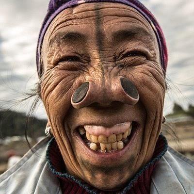 Đeo vòng để cổ thon dài, căng môi đeo đĩa, mài răng