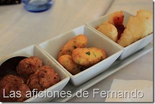Croquetas de bacalao, albóndigas con  salsa  de  almendras y queso frito con mermelada de tomate