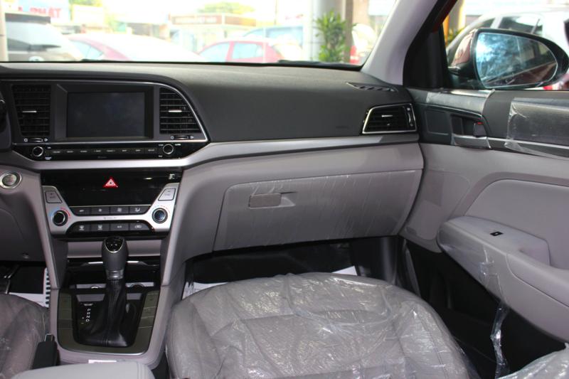 Nội thất xe Hyundai Elantra 5 chỗ màu đỏ 04