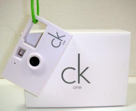 77a5183ab Funciona assim, nas compras acima de R$600,00 nas lojas Calvin Klein Jeans  os clientes ganham um super brinde ...