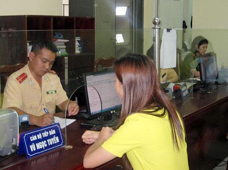 Khách hàng làm thủ tục đăng ký xe ô tô tại Hưng Yên