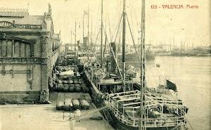 El vapor ANTONIO FERRER cargando barriles de vino en el puerto de Valencia. POSTAL.JPG