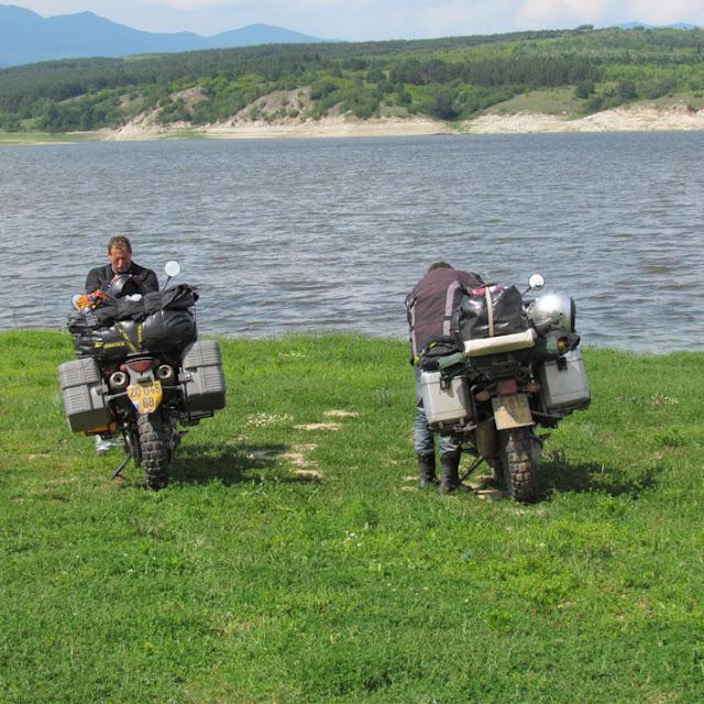 אגם קטן על הדרך.jpg
