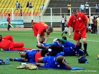 Des entraineurs et préparateurs physiques de l'équipe nationale de football de la RDC en  séance d'entrainement avec certains joueurs au stade des martyrs à Kinshasa, ce 23/03/2011. Photo Radio Okapi/ John Bompengo