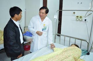 Bác sĩ thăm khám cho một nữ bệnh nhân đang điều trị trầm cảm tại BV Bạch Mai