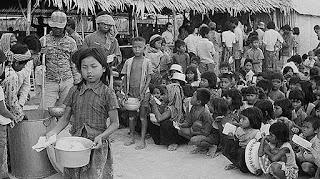 Trẻ em Campuchia nhận thức ăn tập thể (không sống chung với gia đình).