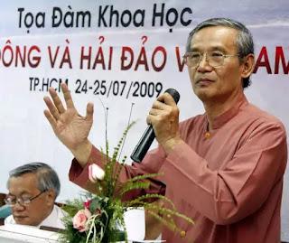 TS Nguyễn Nhã phát biểu trong một tọa đàm về chủ quyền biển đảo.