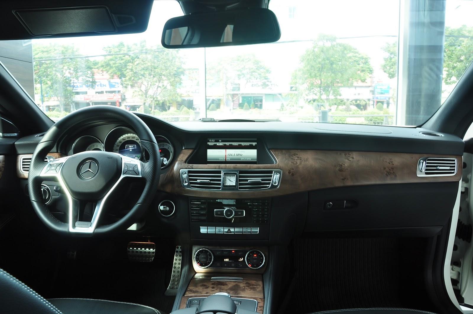 Nội thất xe Mercedes Benz CLS350 New Model màu trắng 01