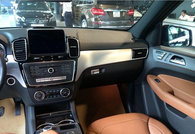 Nội thất xe Mercedes GLE 400 4Matic màu đen 03