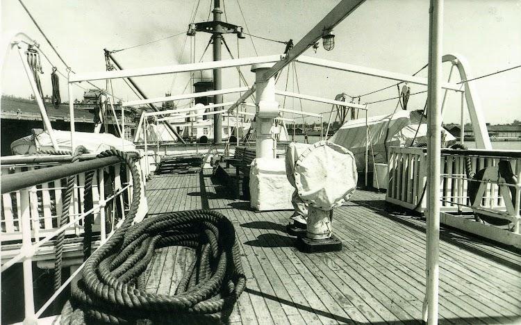 Buque MALLORCA. Toldilla de segunda clase. Foto del libro Trasmediterranea. Hacia el Nuevo Milenio. 1917-1997.jpg