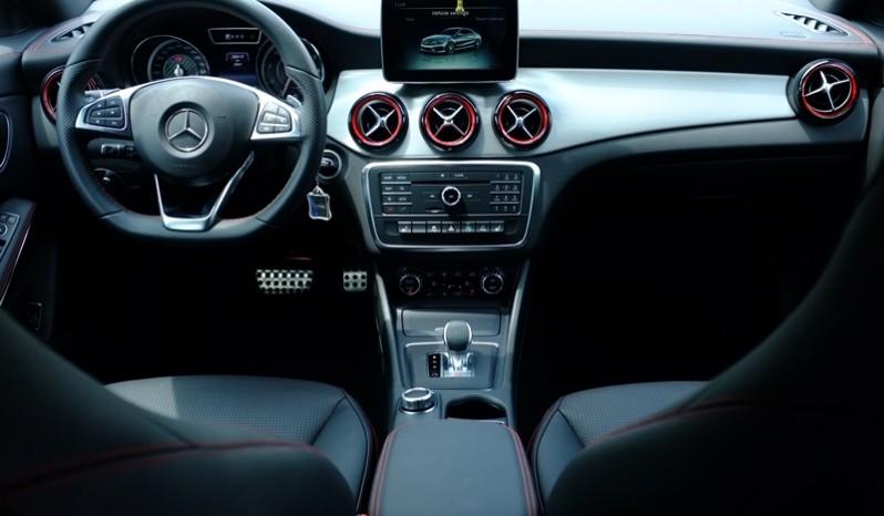 Nội thất xe Mercedes Benz CLA45 AMG cũ 2015 Màu Trắng 03