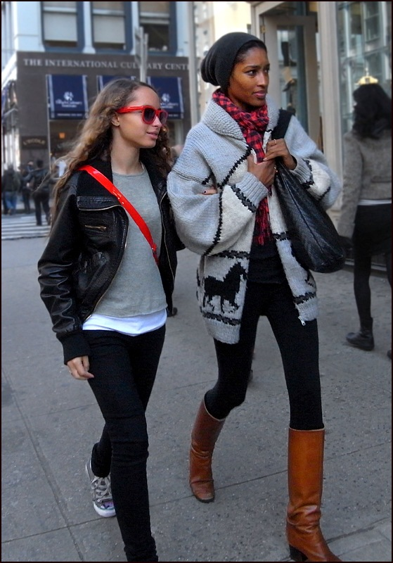 w mother daughter mom oversized sweater leggings brown high boots knit hat plaid scarf kid red raybans red bag black leather jacket black jeans ol