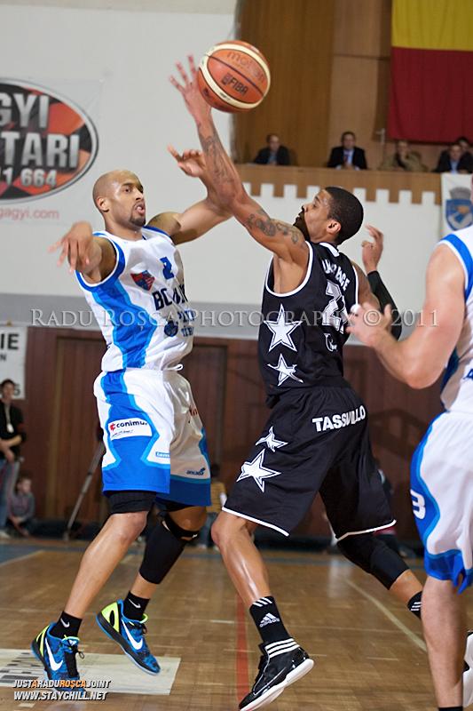 Jason Forte incearc a sa paseze de langa David Lawrence in timpul  partidei dintre BC Mures Tirgu Mures si U Mobitelco Cluj-Napoca din cadrul etapei a sasea la baschet masculin, disputat in data de 3 noiembrie 2011 in Sala Sporturilor din Tirgu Mures.