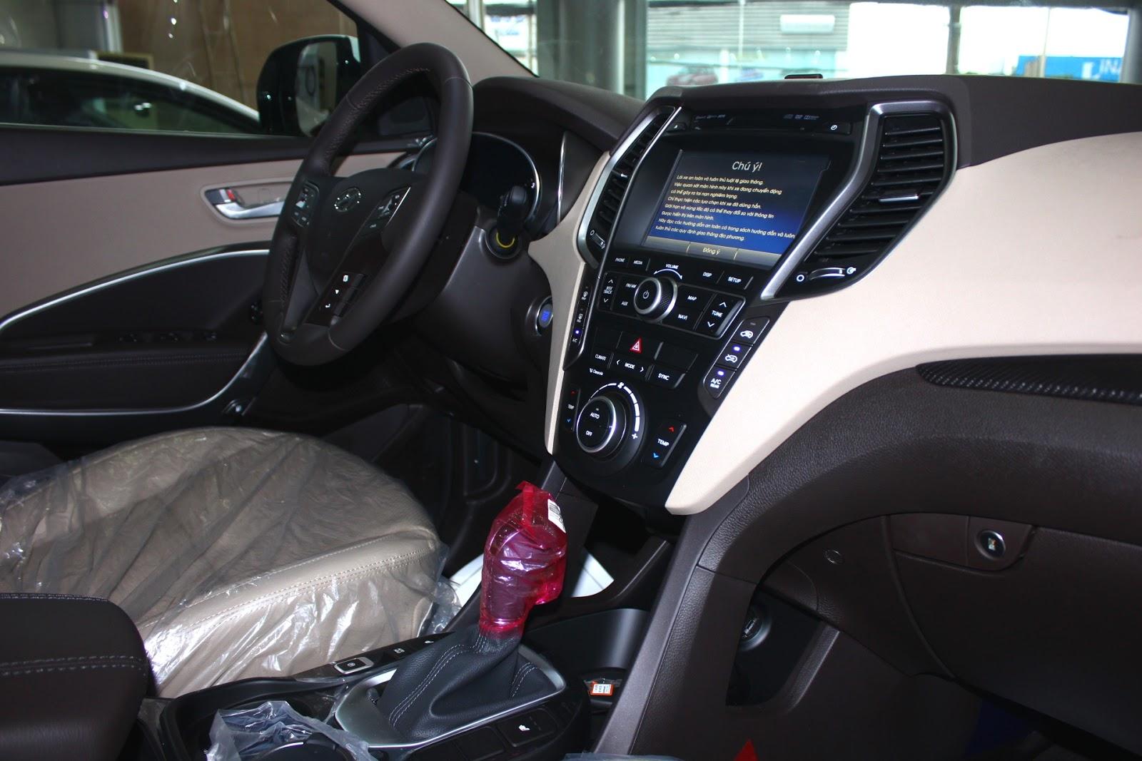 Nội thất xe Hyundai Santafe 7 Chỗ máy xăng màu trắng 04